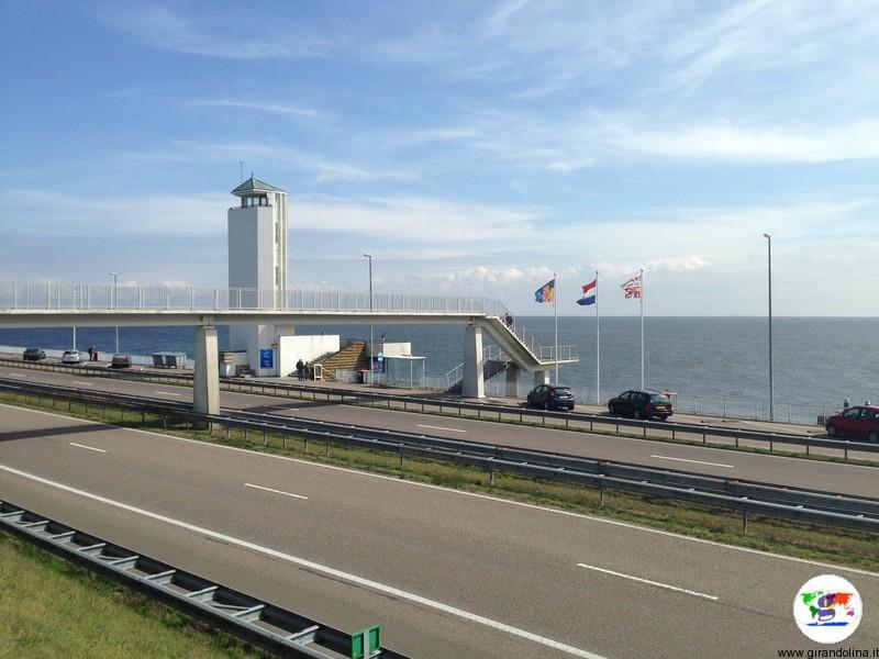 Diga Afsluitdijk, la più grande diga olandese, autostrada