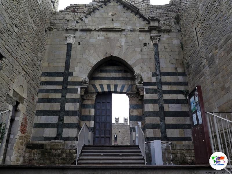 Il Castello dell'Imperatore a Prato , la rampa di ingresso