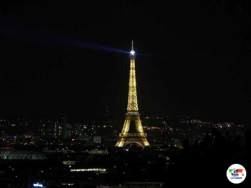 La Torre Eiffel in notturna