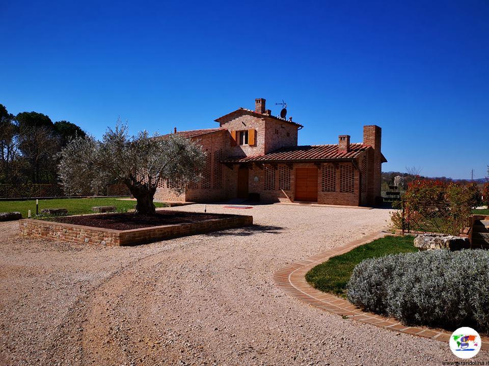 Borgo Giorgione , uno dei casolari e il parco