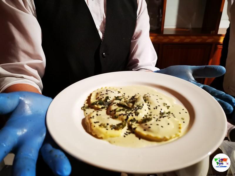 Tasting Montecatini,ravioli pesciatini artigianali in crema di blu stynton cheese con briciole di salvia fritta e sesamo nero proposti da Casa Gala