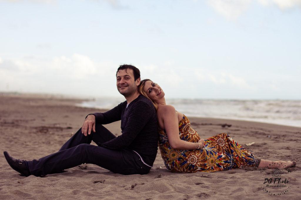 Viaggiare in Gravidanza, i due futuri genitori al mare