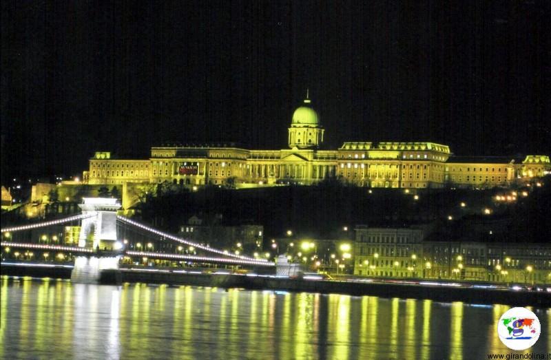 Budapest e il Castello di Buda in notturna