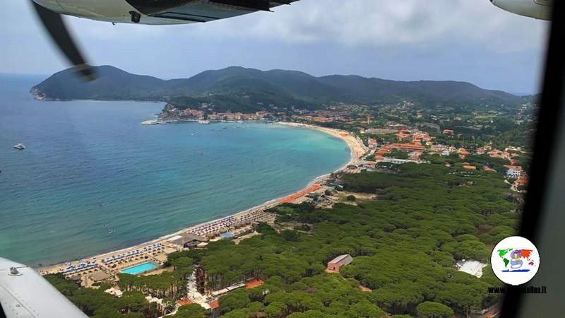 Volare all'elba,  Marina di Campo vista dal finestrino