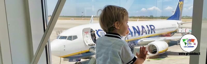 Viaggiare con un neonato in aereo, tutti i consigli e le info utili