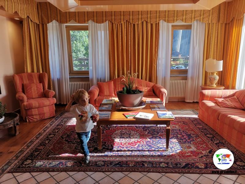 Dove dormire a Brusson, la hall dell'HG Hotel Italia